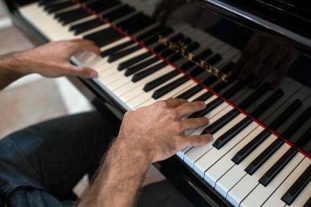 Klavierunterricht Hände auf dem Klavier - music loft | Freie Musikschule Aachen