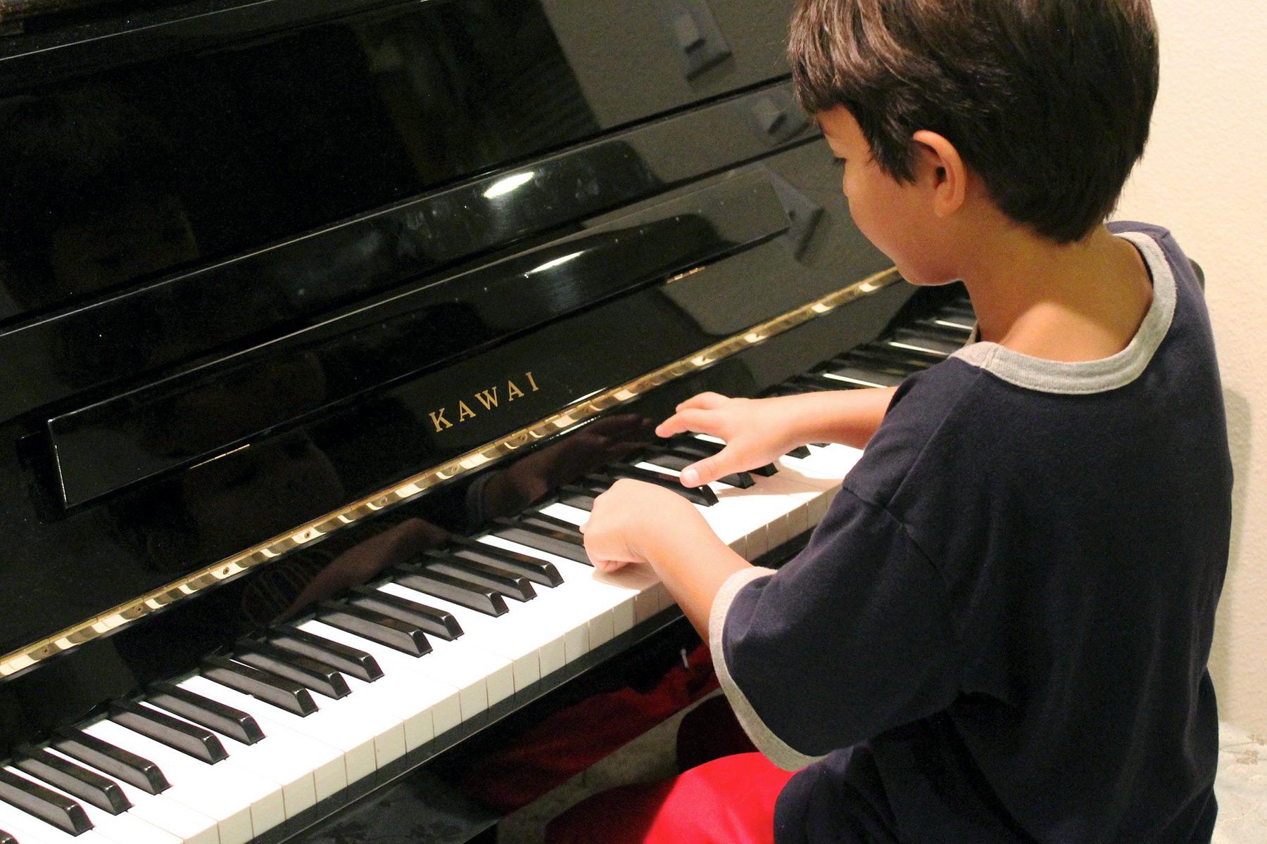 Junge Klavierunterricht Klavierschüler - music loft | Freie Musikschule Aachen